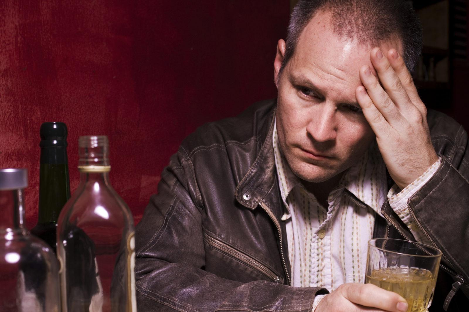 как становятся алкоголикам